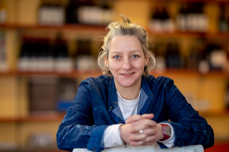 Portraitbild der Korkenzieherin Ornett Ragoschat im Laden